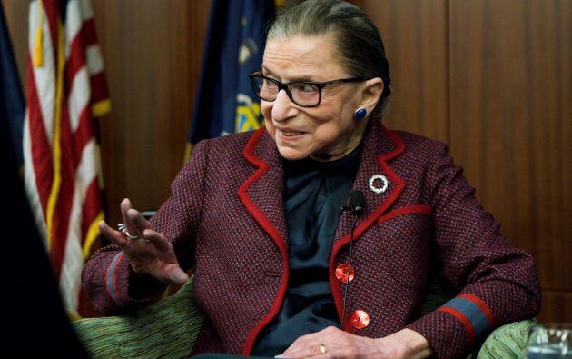 """La jueza progresista del Tribunal Supremo de EE.UU. Ruth Bader Ginsburg murió a los 87 años de edad por """"complicaciones"""" en el cáncer de páncreas que sufría, informó este viernes la corte en un comunicado."""