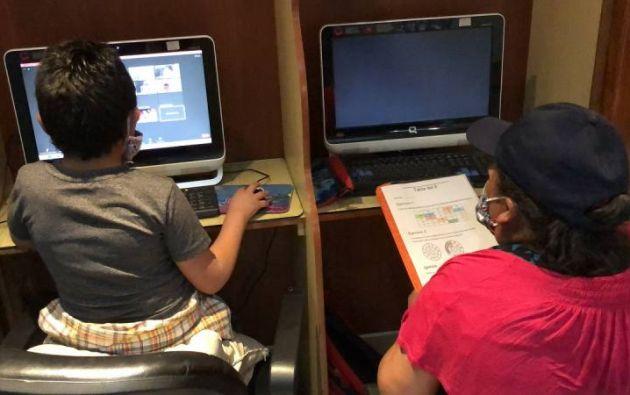 Uno de los estudiantes beneficiados por Kuna Hotel, en Cuenca, quien accedió a una computadora con conexión a internet para asistir a sus clases virtuales. (Fotografía: El Universo)