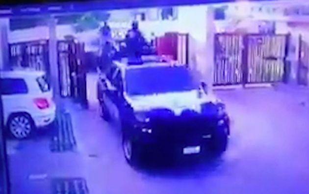 En la grabación se observa cómo uno de los vehículos oficiales rompe el portón e ingresan los elementos de las fuerzas armadas.