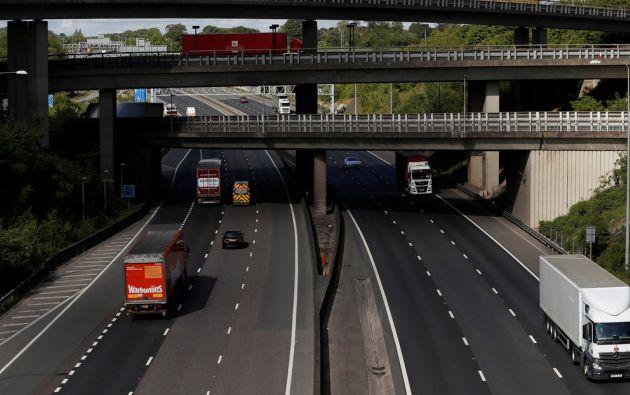 La mujer, de quien aún no ha sido revelado el nombre, colgaba del vehículo en la autopista M25.