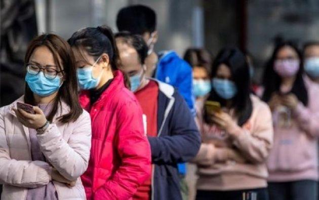 Personas en China usando mascarillas para protegerse del virus. Foto: EFE