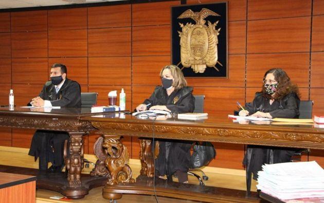 Tribunal conformado por los jueces Dilza Muñoz, Daniella Camacho e Iván León.