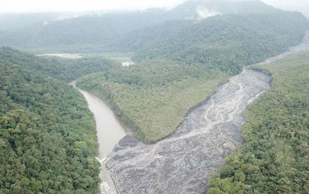 La zona en la que confluyen el río Volcán y el río Upano se encuentra llena de sedimentos y material volcánico. Foto: Alcaldía de Morona.