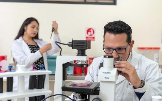 Estudiantes de la UTPL en laboratorio de Histología. Foto cortesía.