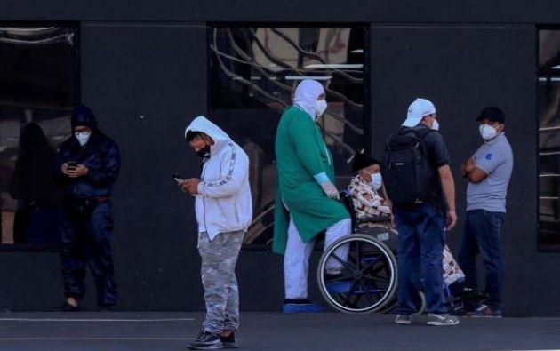 Personal sanitario y familiares de pacientes esperan afuera del hospital Iess del Sur, en Quito.