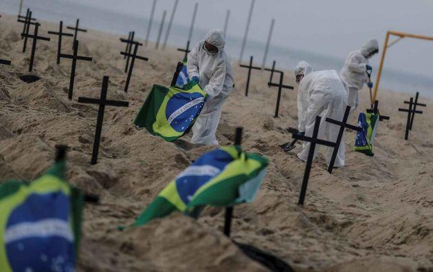 Activistas colocan 110 cruces en Río de Janeiro para denunciar la gestión de la crisis por parte del Gobierno de Brasil. Foto: EFE