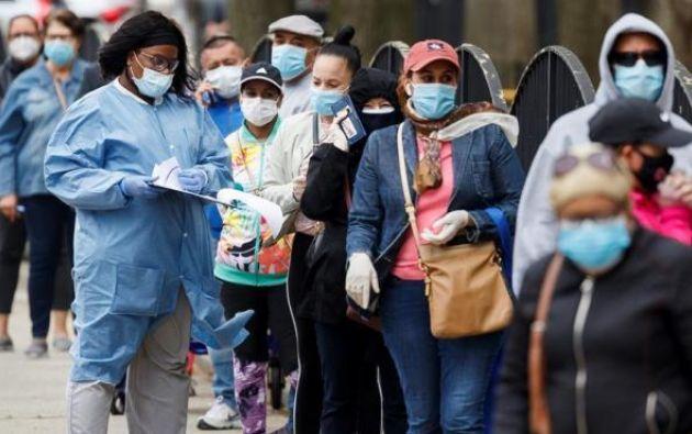 Fila de personas que se quieren hacer la prueba de coronavirus en un centro médico de Nueva York. Foto: EFE