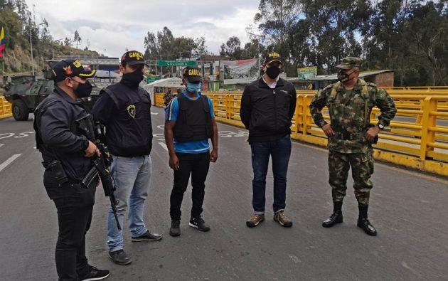 El ecuatoriano Dani M. (c), de 37 años, junto a miembros de las GAULA es devuelto al país, el 24 de septiembre de 2020, en Tulcán (Ecuador). Foto: EFE