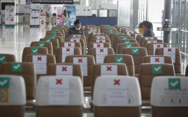 Asientos marcados para asegurar el distanciamiento social en el aeropuerto de Bangkok, Tailandia  Foto:EFE