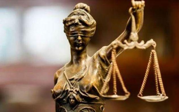 En torno al acto disciplinario por dolo, manifiesta negligencia o error inexcusable, en todos los casos, se cumplirán etapas diferenciadas y secuenciales.