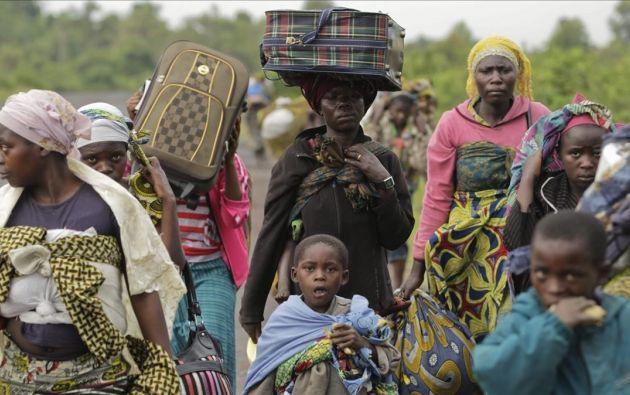 Un grupo de civiles que escapan de la violencia de su ciudad  en la República Democrática del Congo. Foto: EFE