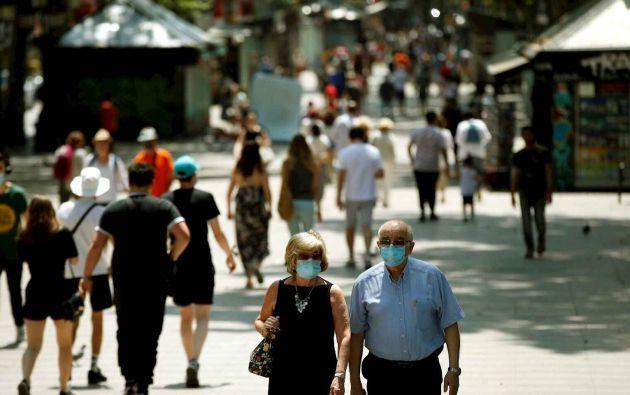 Personas paseando por Las Ramblas de Barcelona con mascarilla. Foto: EFE