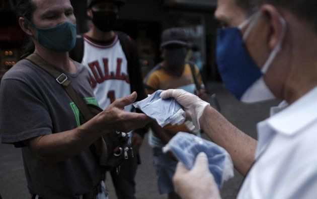 La supervivencia de 9 horas del SARS-CoV-2 en la piel humana puede aumentar el riesgo de transmisión por contacto. Foto: EFE