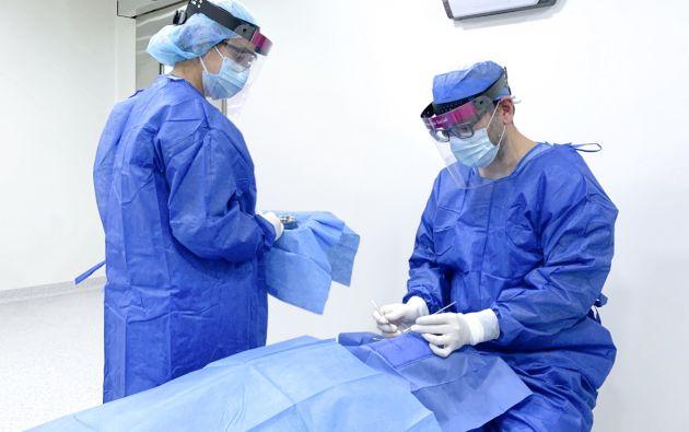 Para intervenciones quirúrgicas el personal de Clínica Andes Visión utiliza trajes e implementos de bioseguridad. Foto: Cortesía.