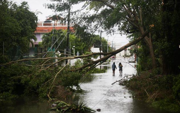 El huracán se mueve a 15 millas por hora (24 km/h) hacia el noroeste y va a mantener ese rumbo hasta la noche. Foto: EFE