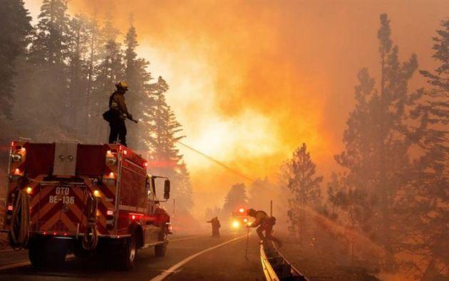 """Bomberos luchan contra el fuego del incendio conocido como """"Bobcat"""" en el Bosque Nacional de Los Ángeles California, el 21 de septiembre de 2020. Foto: EFE"""