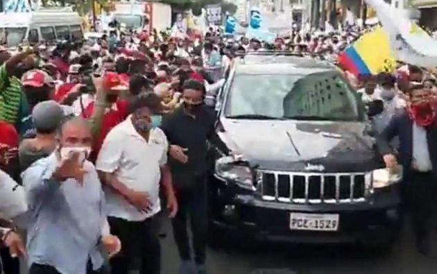 Según Romo, el pasado jueves 8 de octubre, Arauz se movilizó en Guayaquil en el carro de González, presidente de la Casa de Valores Orión y socio de Jorge Chérrez.
