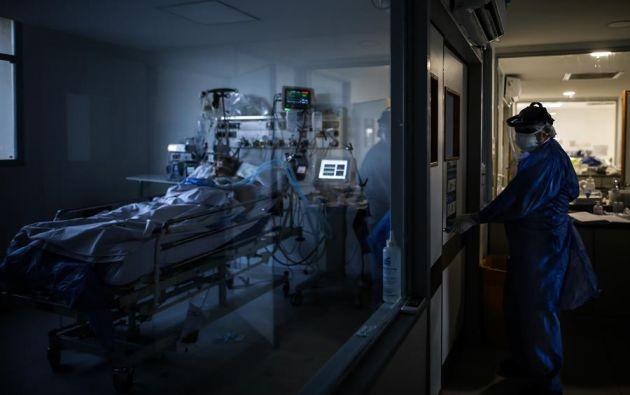 Hay alrededor de 25 casos de reinfecciones conocidos en todo el mundo, y en la mayoría de los casos se desarrollaron síntomas menos graves que durante el primer contagio. Foto: EFE