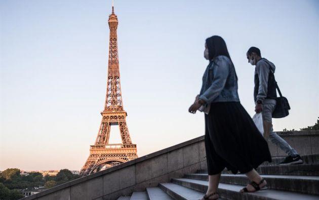 Personas caminando por las calles de Paris. Foto: EFE