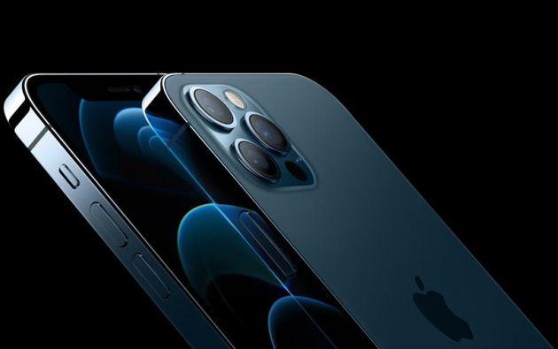Apple presentó este martes su nuevo modelo de teléfono iPhone 12, el primero compatible con las redes de internet de altísima velocidad 5G. Foto: EFE