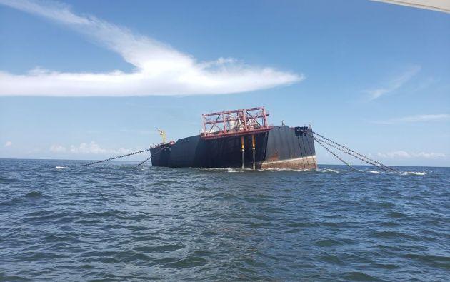 El tanquero Nabarima, que contiene más de un millón de barriles de petróleo, está inclinado en medio del océano y corre riesgo de hundirse.