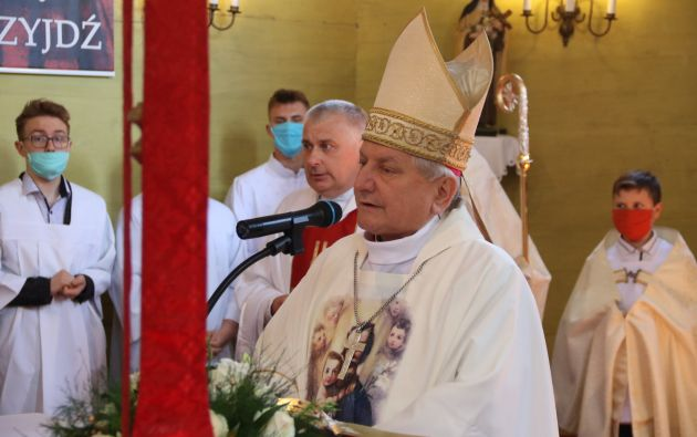 El papa Francisco aceptó la renuncia del obispo de la diócesis polaca de Kalisz (centro), Edward Janiak, acusado de haber encubierto casos de pederastia. Foto: @RodzinaKalisz