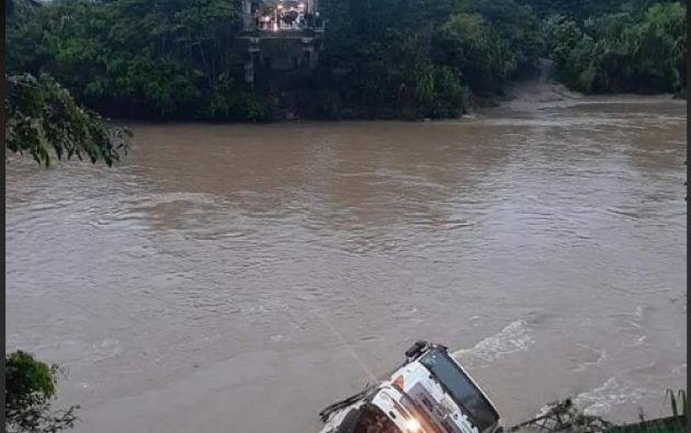Este sábado colapsó el puente de 150 metros de longitud sobre el río Zamora, en la vía Los Encuentros - Zarza. Foto: @PoliciaEcuador