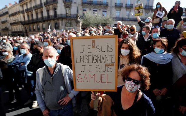 """Miles de franceses se concentraron este domingo por todo el país bajo el grito """"Je suis prof"""" para rechazar el terrorismo islámico tras la decapitación de un profesor de secundaria. Foto: EFE."""