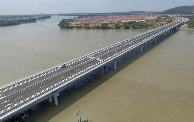 El nuevo puente sobre el río Daule, de 540 metros de largo, conecta a los cantones de Guayaquil y Daule.