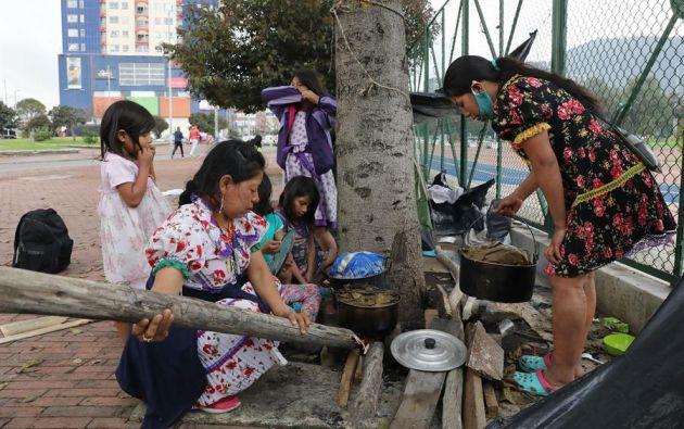 Grupo de mujeres indígenas cocina alimentos en la calles de Bogotá, Colombia. Foto:EFE