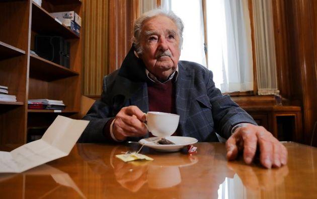 """""""Porque me tiró el virus pa' fuera, porque tengo 85 años y una enfermedad inmunológica. Me encanta la política, pero más me encanta no morirme"""", dijo Mujica. Foto: EFE"""