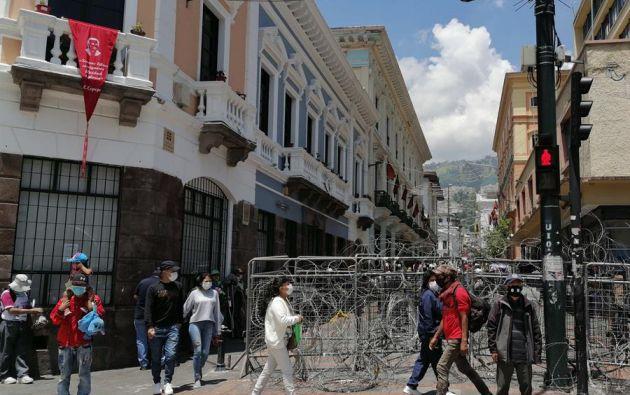 Fotografía de una de las calles que conducen a la Plaza Grande de Quito, donde se encuentra el palacio presidencial de Carondelet, bloqueada con cercas y alambres. Foto: EFE.