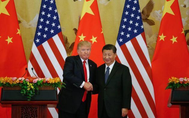 El presidente estadounidense, Donald J. Trump (i), y el presidente chino, Xi Jinping (d), se dan la mano durante una rueda de prensa hoy, jueves 9 de noviembre e 2017, en el Gran Palacio del Pueblo, en Pekín China. Foto: EFE
