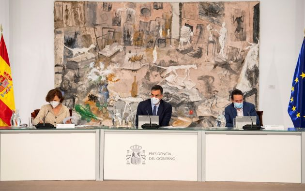 El presidente del Gobierno, Pedro Sánchez (c), acompañado por la vicepresidenta Primera, Carmen Calvo (i), y el vicepresidente segundo, Pablo Iglesias, preside este domingo un Consejo de Ministros extraordinario.
