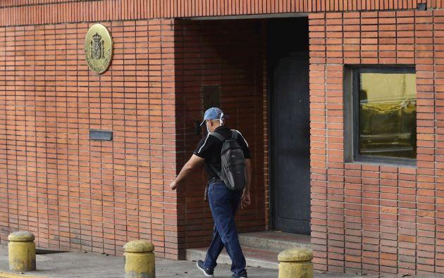 Leopoldo López lideró la oposición hasta su encarcelamiento en 2015. Cumplió su condena casi tres años en una cárcel militar y fue traspasado a arresto domiciliario hasta su liberación en abril de 2019, cuando se hospedó en la residencia del embajador español.