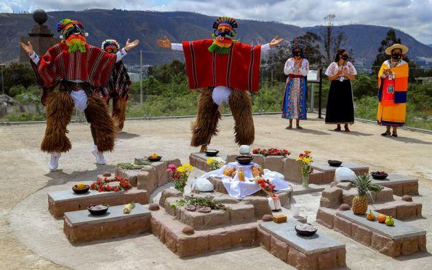 Varios danzantes realizan una demostración de bailes indígenas. Foto: EFE