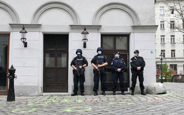 La policía austriaca resguarda la escena del atentado en el centro de Viena. Este país europeo no ha sufrido un atentado terrorista en 35 años. Foto: EFE.