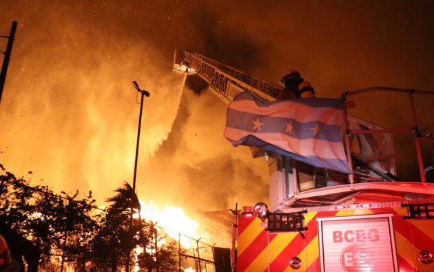 Después de 12 horas de arduo trabajo, los cuerpos de bomberos de varios cantones del Guayas lograron controlar el incendio en una fábrica de cartón ubicada en la vía Durán - Tambo. Sin embargo, por el viento no han logrado apagarlo completamente. Foto: @BomberosGYE