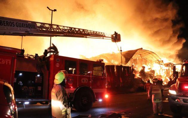 Después de 12 horas de arduo trabajo, los cuerpos de bomberos de varios cantones del Guayas lograron controlar el incendio en una fábrica de cartón ubicada en la vía Durán - Tambo. Foto: @BomberosGYE