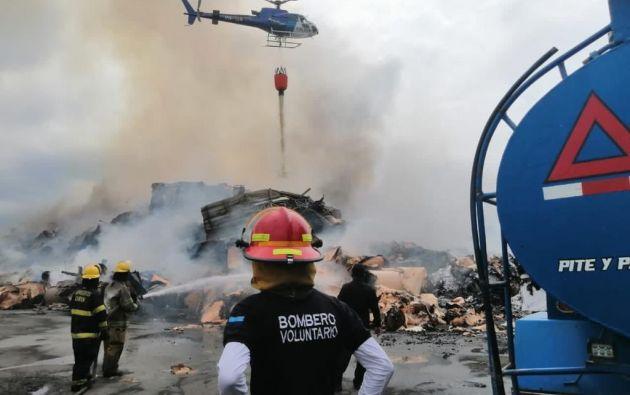Un helicóptero de Aeropolicial está realizando descargas de agua para apagar completamente el fuego. Foto: cortesía.