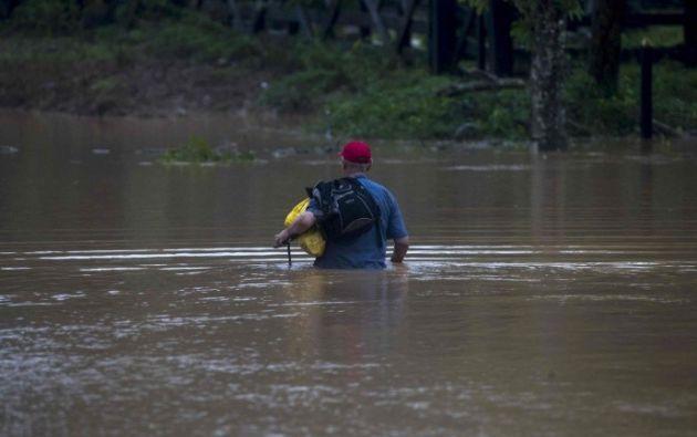 Un hombre cruza por una inundación en la comunidad Okonwas hoy durante el paso del huracán Eta, sobre la costa caribe norte en Rosita, Nicaragua.  Foto: EFE
