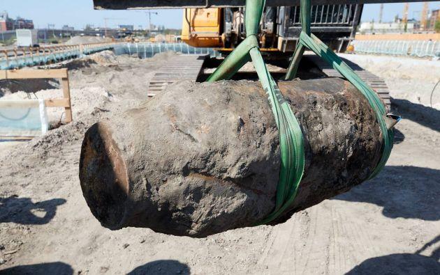 En imagen, una enorme bonba de la Segunda Guerra Mundial encontrada y detonada en Berlín en 2018. Foto:EFE