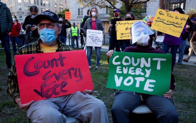 """En la calle ha ido tomando fuerza un movimiento denominado """"Cada voto cuenta"""", destinado a presionar para que se tengan en cuenta todos los sufragios por correo. Foto: EFE"""