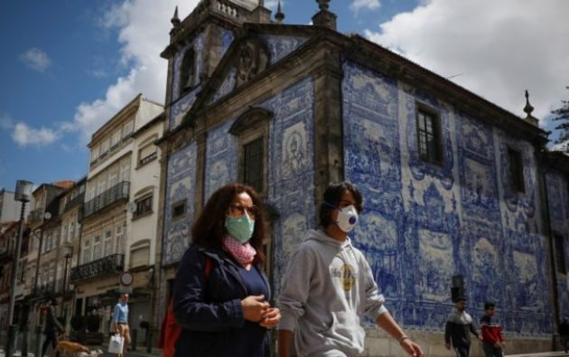 Personas usando mascarillas en Portugal. Foto: EFE