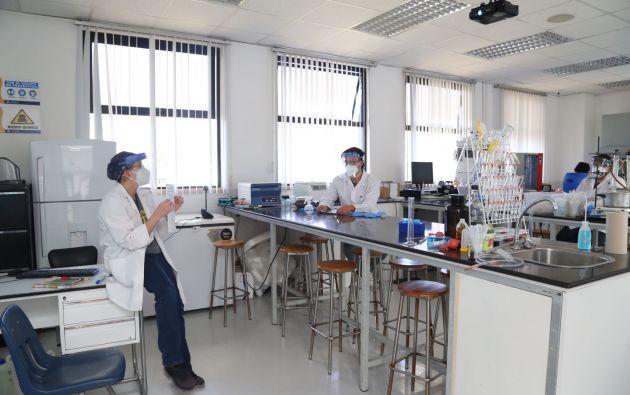 Estudiantes de la UISEK realizan sus prácticas de laboratorio. Foto: Cortesía