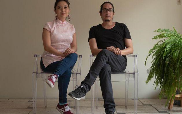 Fotografía sin fecha cedida por Gabriela Ruiz que muestra a la escritora y periodista quiteña Gabriela Ruiz (i) y el fotógrafo y arquitecto guayaquileño Vicho Gaibor.