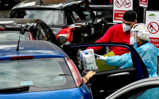 Las imágenes de estos días en Italia son las de coches y ambulancias en fila durante horas ante las urgencias de los hospitales. Foto: EFE