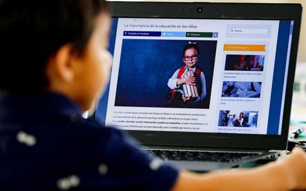 El 52 % de los estudiantes de educación básica y bachillerato ingresa a las plataformas educativas a través del teléfono celular. Mientras que el 46 % lo hace por medio de una computadora.