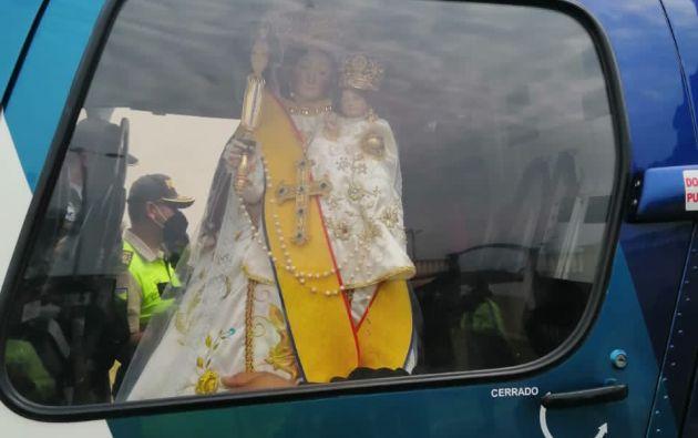 Un helicóptero de Aeropolicial realizó el sobrevuelo transportando la imagen de la Virgen Del Quinche.