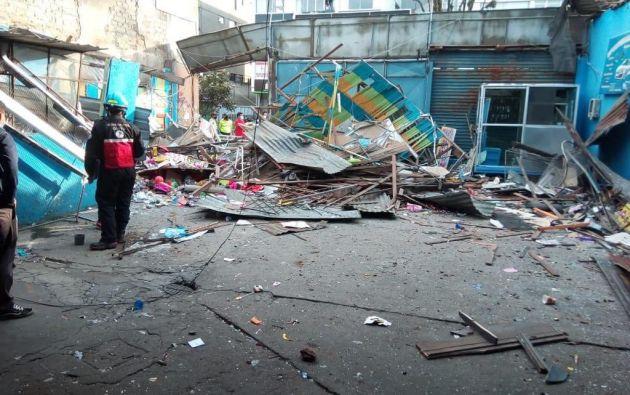 La infraestructura de la juguetería colapsó  y causó daños en ventanales de edificios aledaños.